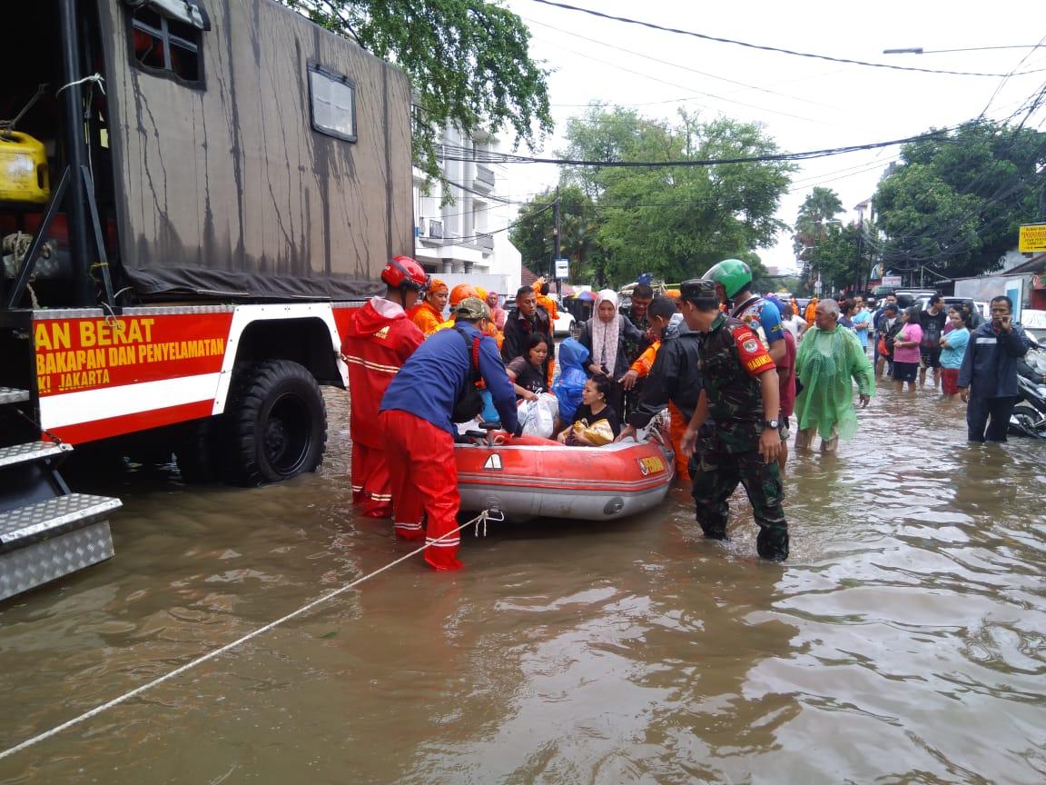 Warga Terdampak Banjir Tanah Abang Di Evakuasi