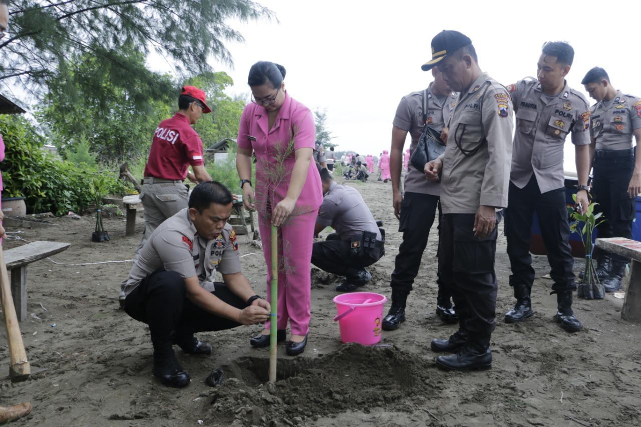 Kerahkan 300 Personil, Polres Batang Tanam 2100 Bibit Pohon