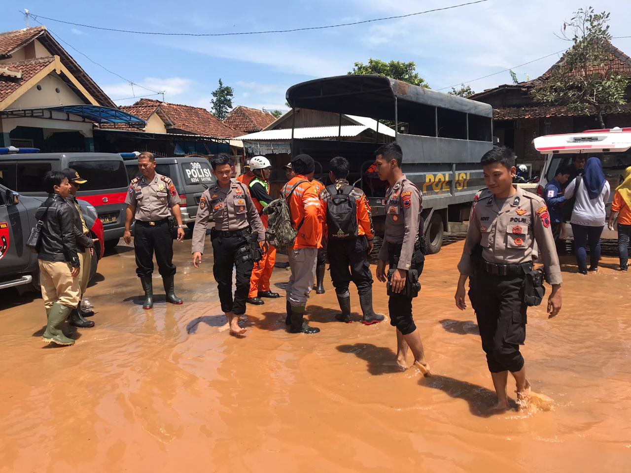 Tangani Banjir, Polres Batang Kirim Satuan Sabhara