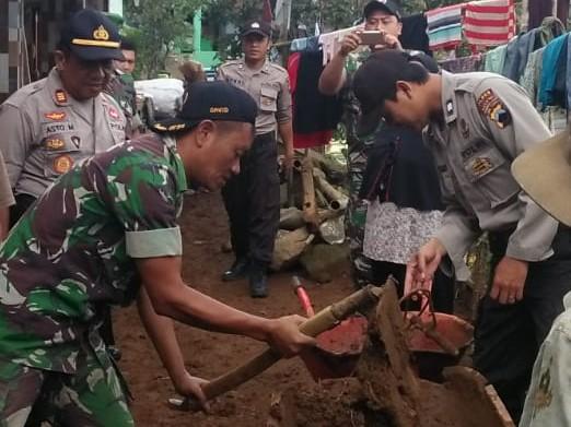 TNI – Polri Bantu Warga Dukuh Catrik Korban Musibah Longsor