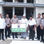 Apresiasi Pembangunan Tempat Ibadah, Kapolres Batang Serahkan 50 Sak Semen