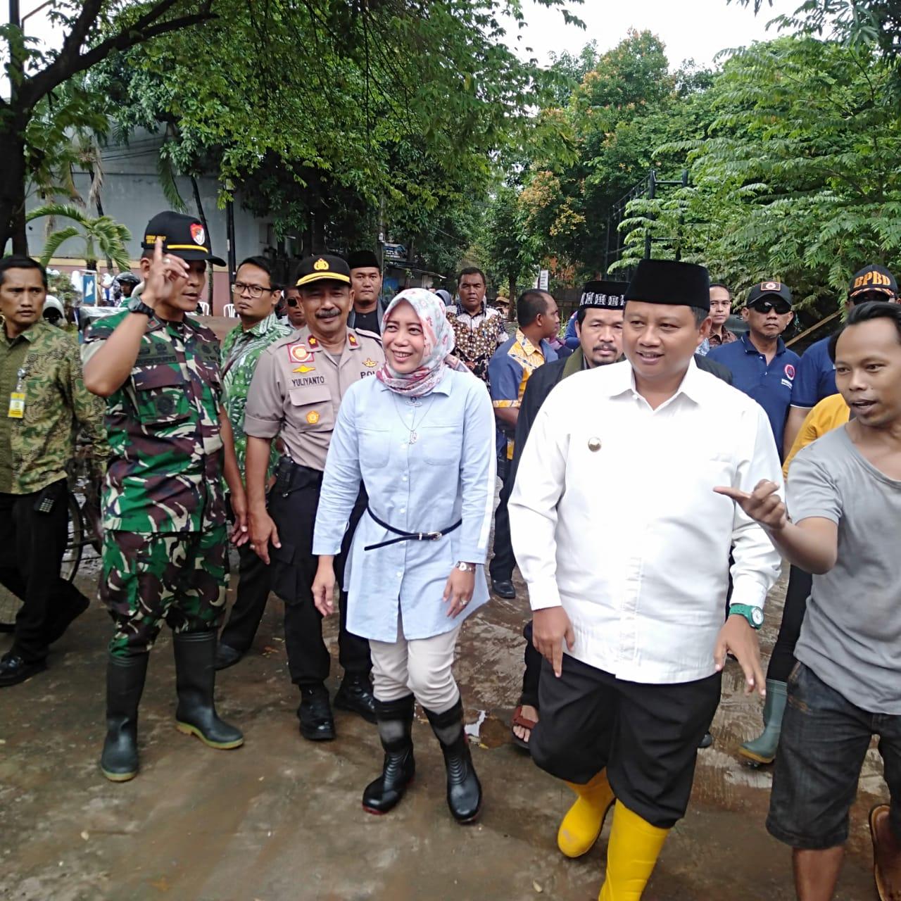 Kunjungi Korban Banjir Bekasi, Wagub Jabar dan BJB Serahkan Bantuan