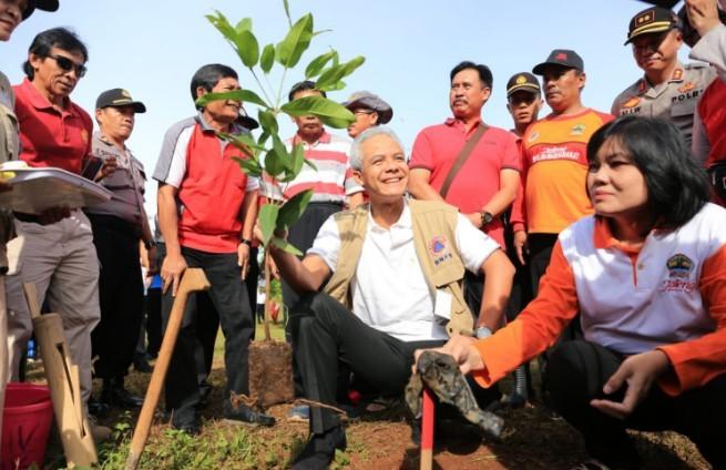 Selamatkan Mata Air Kali Suren, Ganjar Tanam 7500 Pohon di Kendal