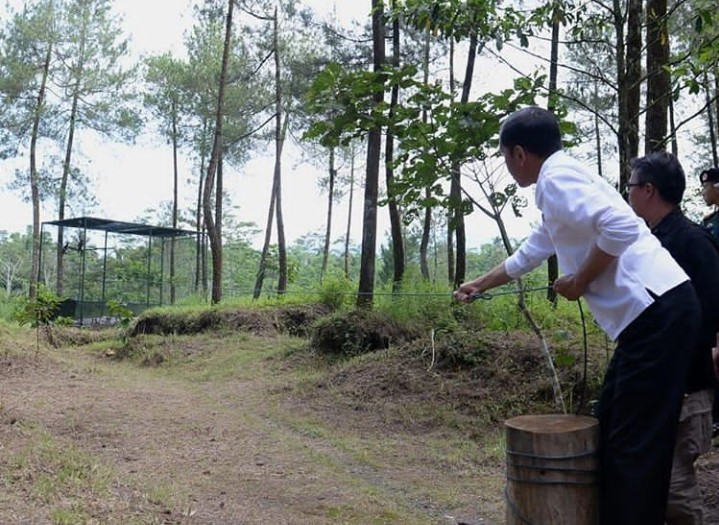 Jokowi Lepas Abu dan Rossy Ke Alam Liar
