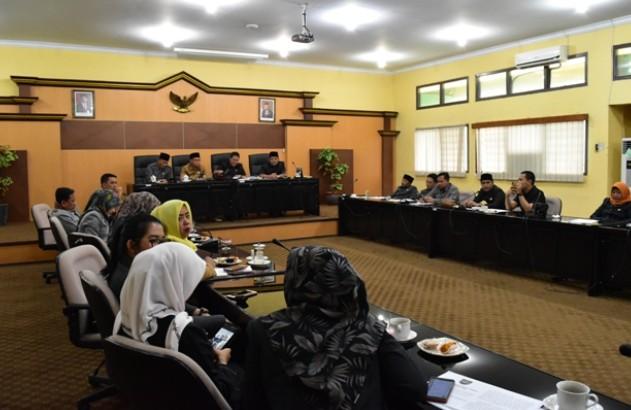 Fraksi DPRD Setujui Raperda PUG dan PKL Menjadi Perda