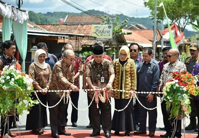 Bupati Resmikan Gapura Kampung Batik yang Dibangun Unindra