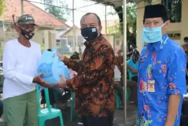 Wakil Wali Kota Tegal Serahkan 3.024 Paket Sembako Bagi Para Nelayan