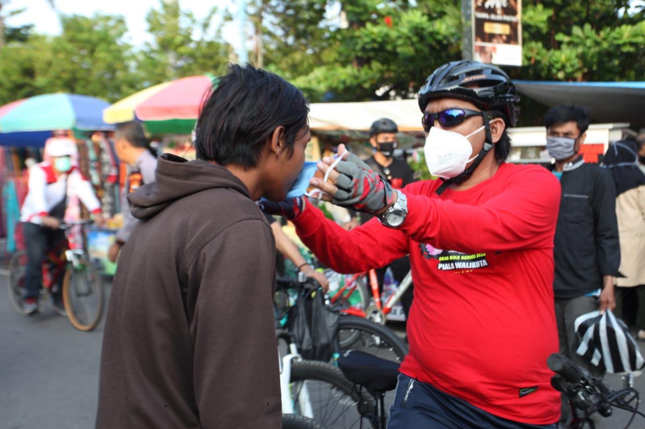 Meskipun Sedang Berolahraga, Jumadi Tetap Ingatkan Disiplin Protokol Kesehatan dan Bagikan Masker