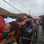 Peduli Warga Terdampak Banjir di Pekalongan ACT dan MRI Siapkan Makanan